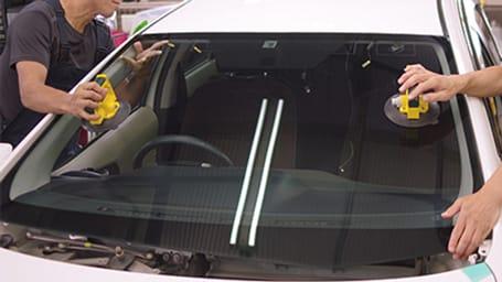 自動車フロントガラスの交換の様子